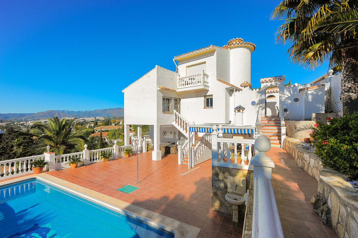 This delightful villa is located in Sierrezuela, It is built over 3 levels and offers the most amazi, Spain