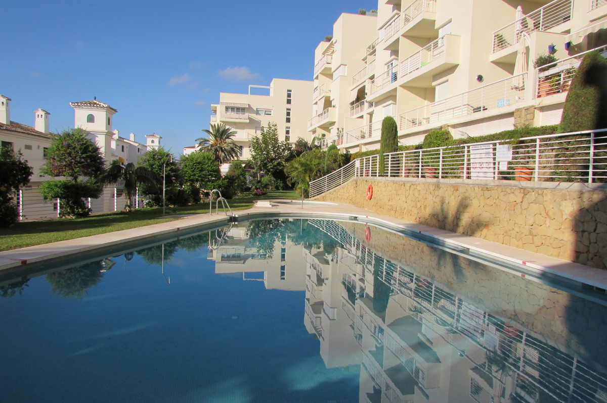 This 3 bedroom, 2 bathroom, south facing apartment is incredibly spacious and luminous. With impress, Spain
