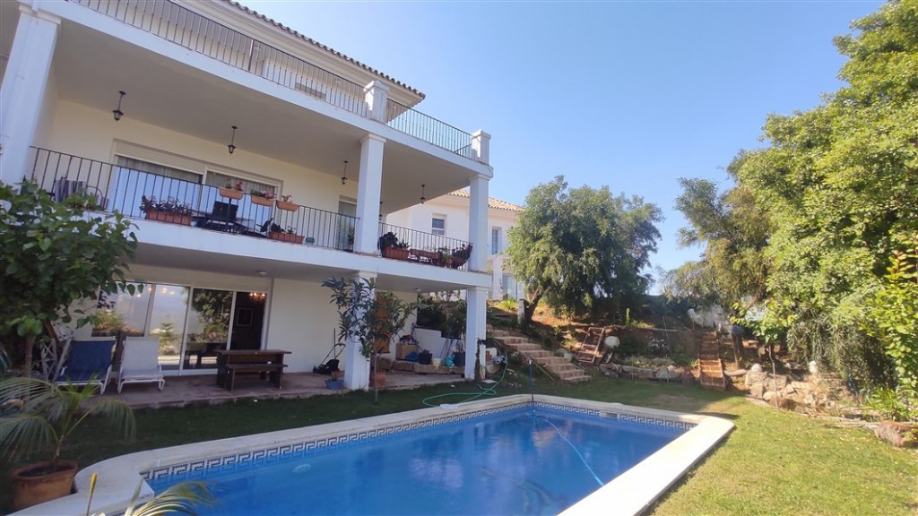 Fabulous semi-detached house that we find in La Mairena, in a private and secure complex. The proper,Spain