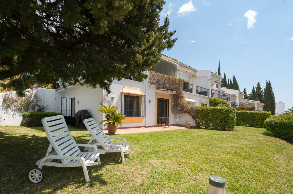 This spacious corner townhouse is situated in the exclusive front line golf gated community of Los A,Spain