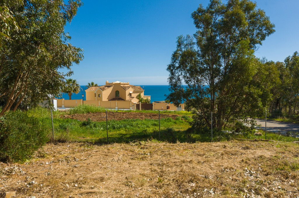 Fantastic residential corner plot with amazing views in the beautiful villa urbanization ¨La Paloma&, Spain