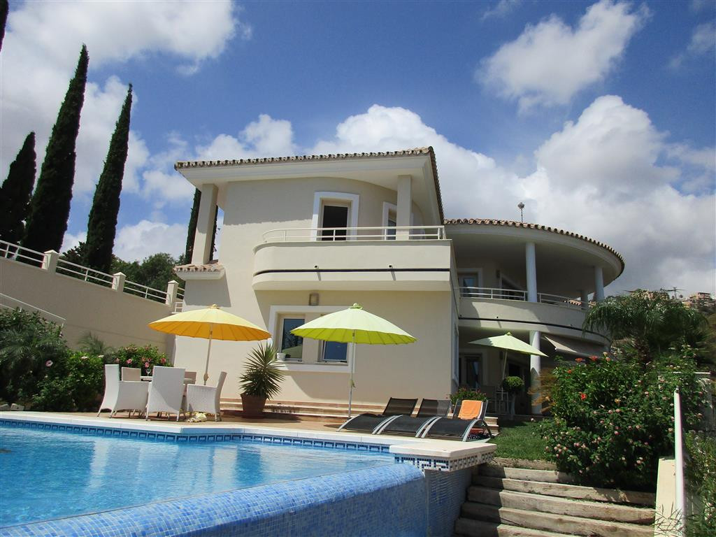 Originally listed for 1,500,000€ and recently reduced to 1,350,000€. A magnificent contemporary vill,Spain