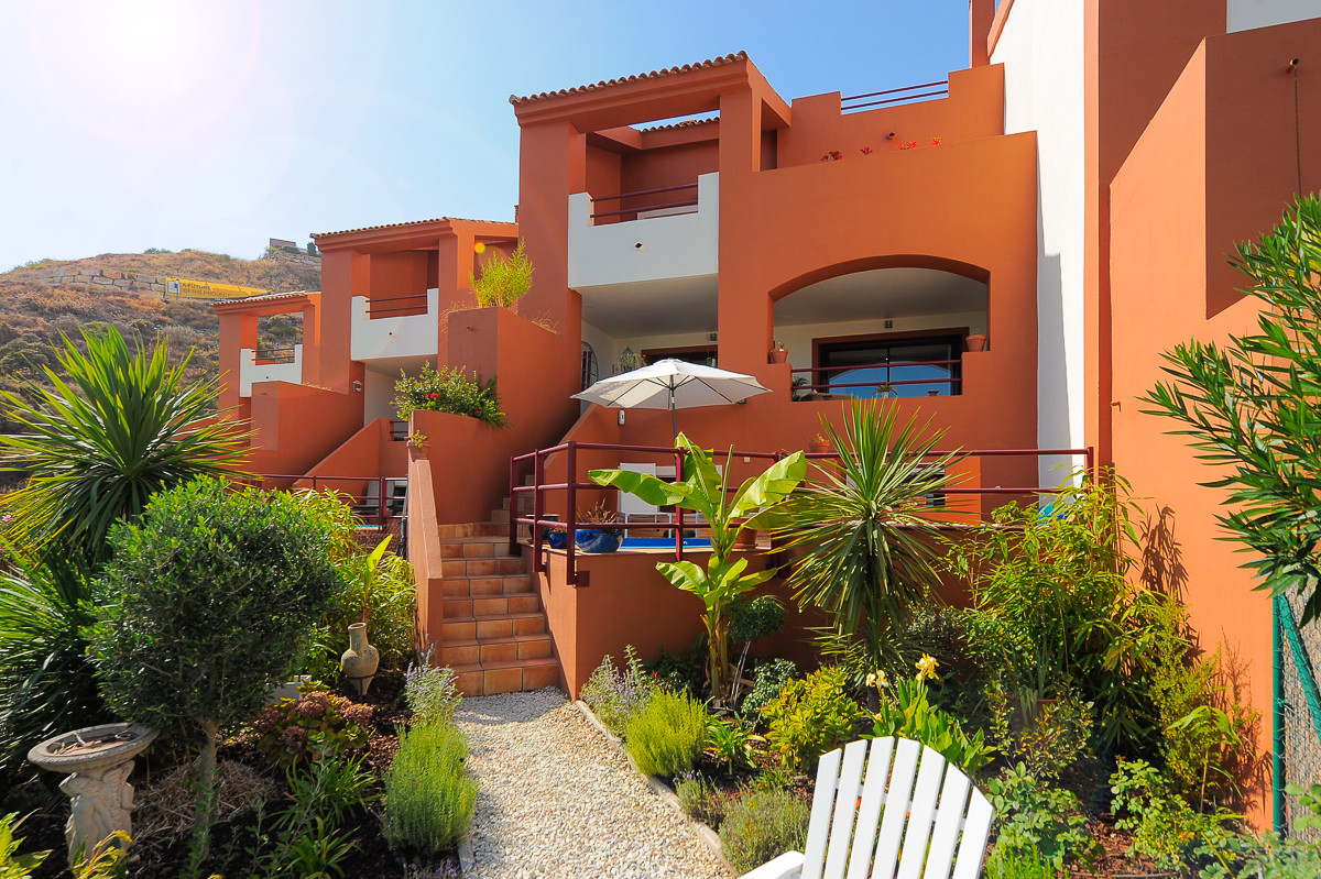 Delightful townhouse inside a gated and well kept complex in La Alqueria, Benahavis. This modern and,Spain