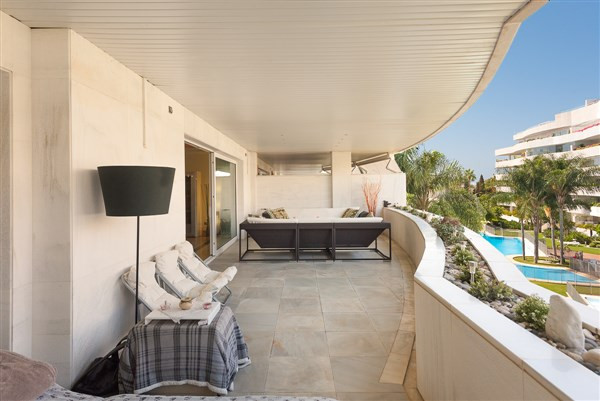 This stunning 2 bedroom apartment is located in the sought-after and exclusive urbanisation of El Em,Spain
