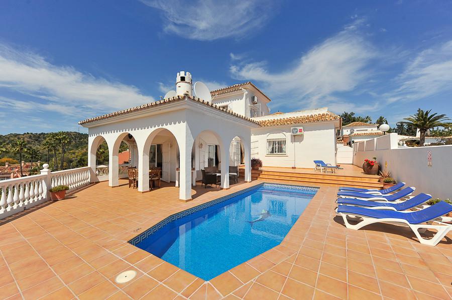 Detached Villa in Calahonda R3241411