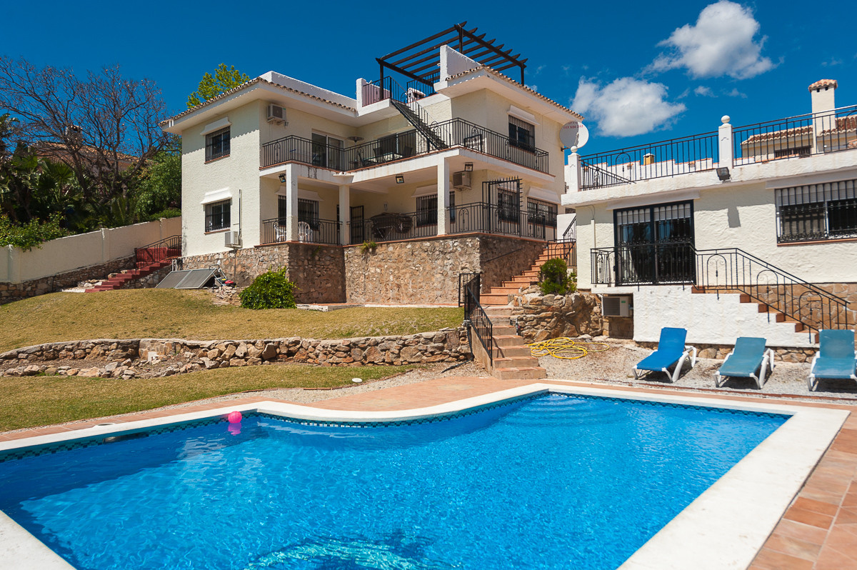 Originally listed for 659.000 €, and recently reduced to 499.000 €,  impressive 5 bedroom villa boas Spain