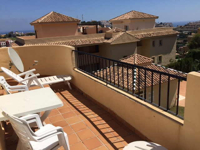 This beautiful penthouse looks like new. It is located in a gated urbanisation in Riviera del Sol, j Spain