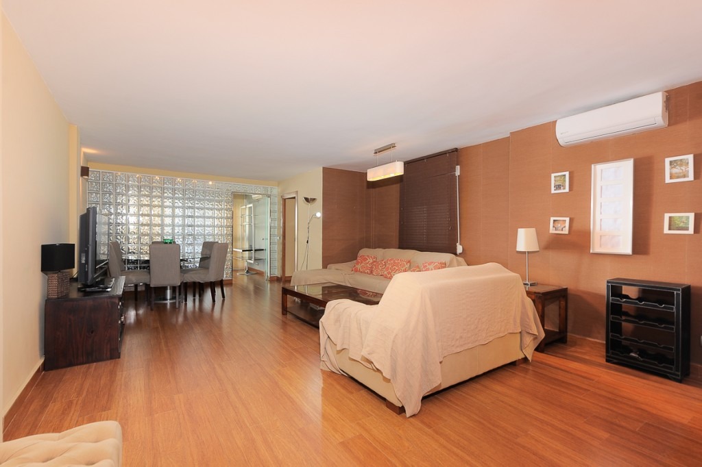 Fabulous 4 bedroom apartment that we found in Fuengirola. Located on the second line of the beach in,Spain