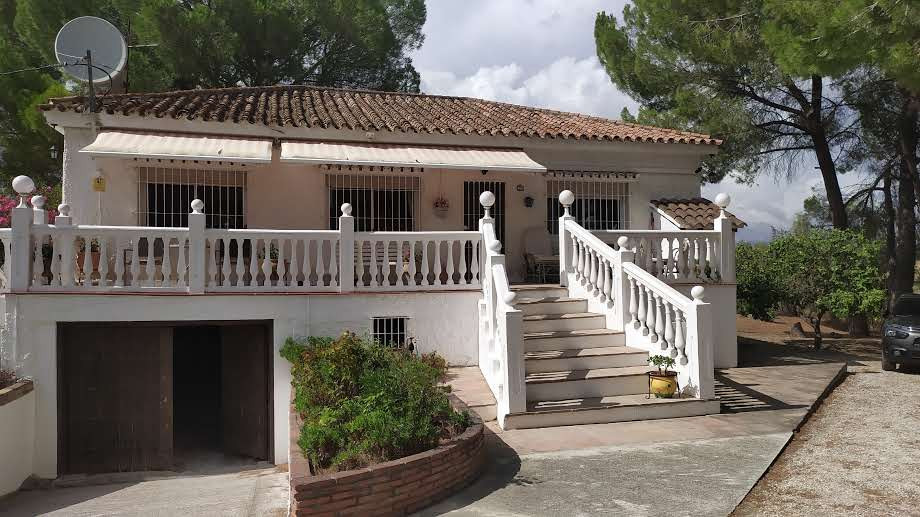 Fabulous 3 bedroom property that we find on the outskirts of Alhaurin el Grande. With easy access by, Spain
