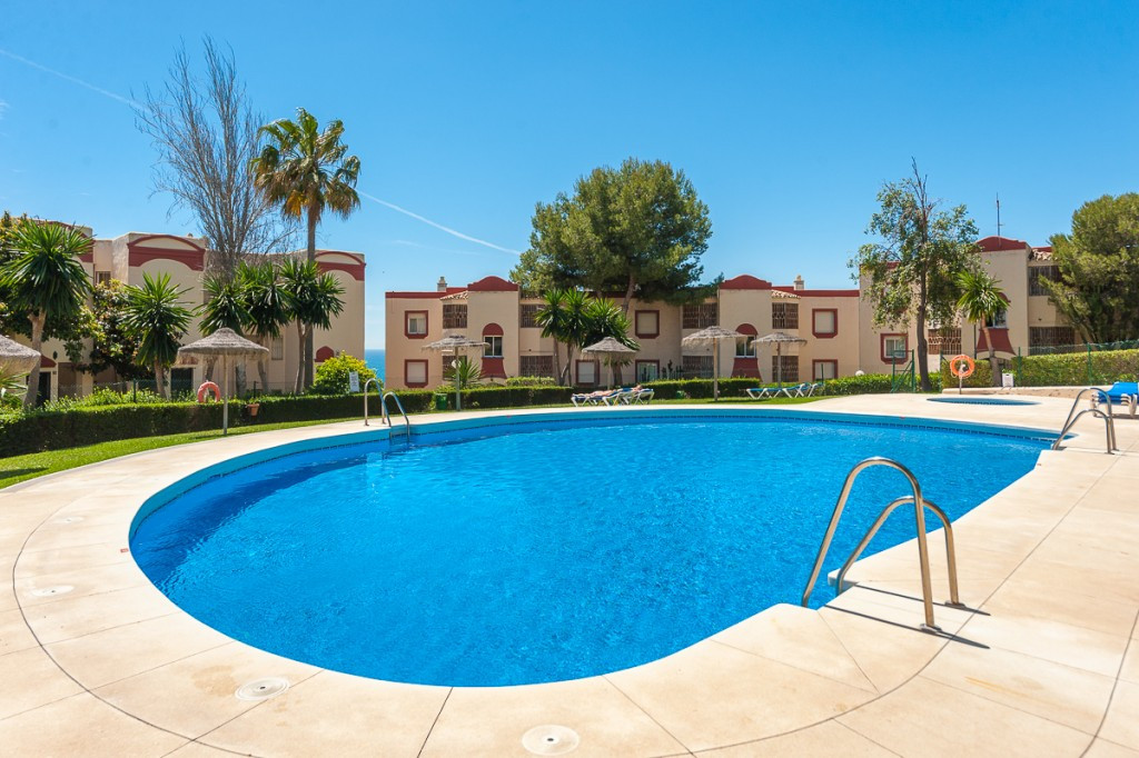 Beautifully presented apartment situated inside the gated complex of Caronte in Riviera del Sol. The,Spain