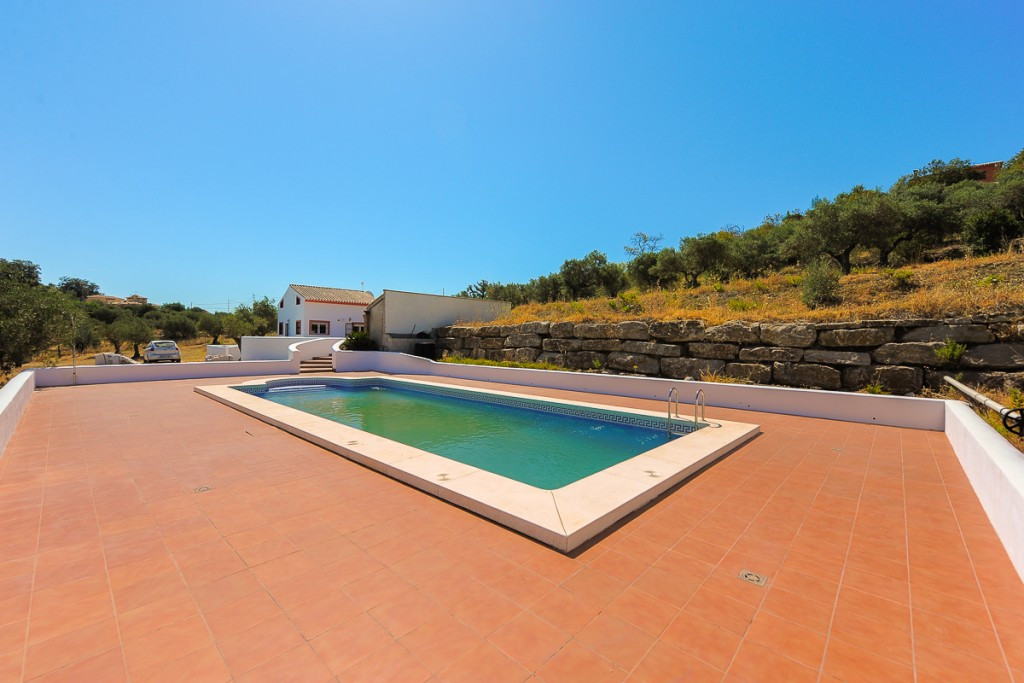 Fantastic finca with 2 bedrooms and two bathrooms located on the outskirts of Coin, on a private and, Spain