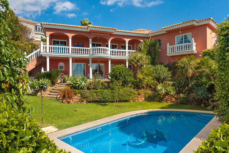 Originally listed for 1.100.000 €  recently reduced to 895.000 €, delightful villa located in a quie Spain