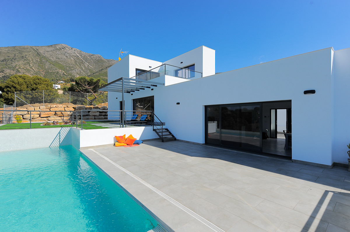 Contemporary Architect designed villa set in the highly sought after mountainside urbanization of Va,Spain