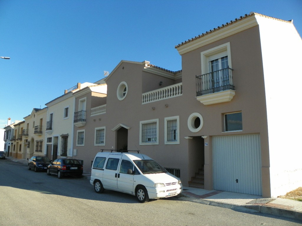 Fantastic semi detached villa  near the center of the busy town of Coin. The property is very spacio, Spain