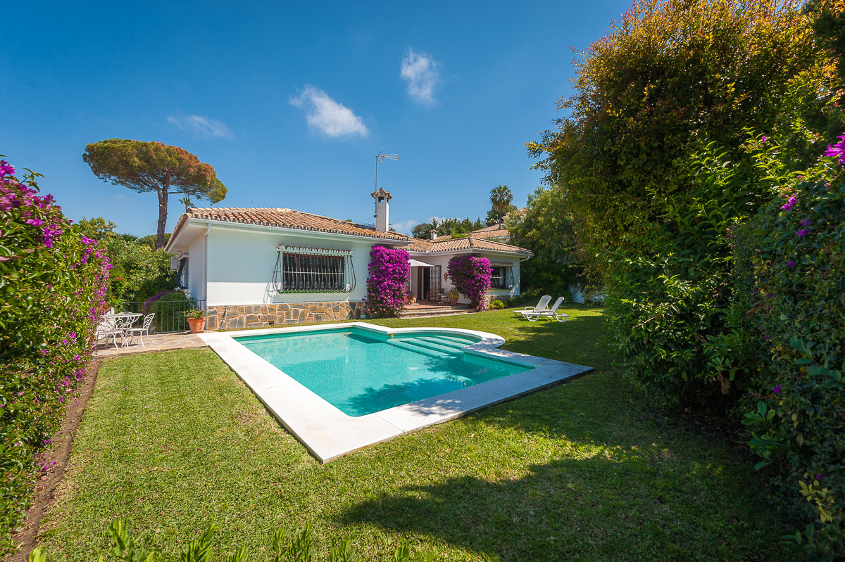 Fantastic villa built on one floor that we find in the sought after and prestigious urbanization of ,Spain