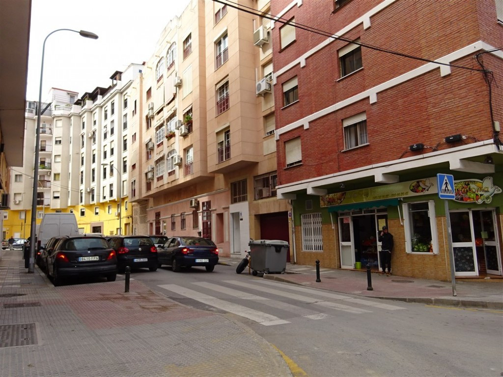 Commercial premises on a corner with 2 large storefronts in a strategic area, with all kinds of serv, Spain