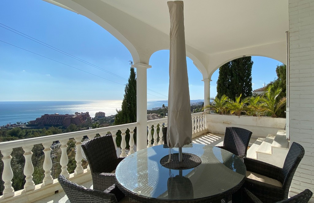 Superb villa with extraordinary modern design, open kitchen, glazed walls in the living/dining area,, Spain
