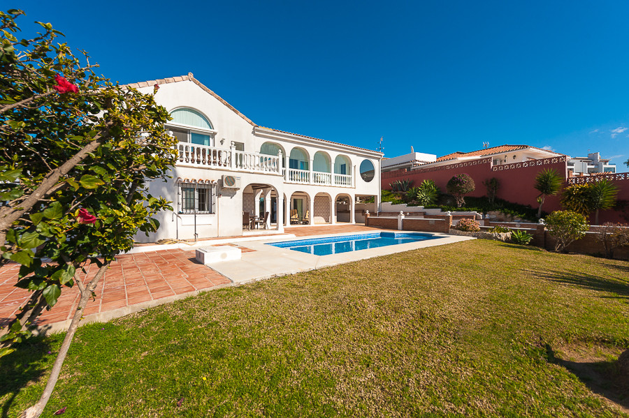 An amazing opportunity to purchase a large villa with enormous potential. Modern and new throughout ,Spain