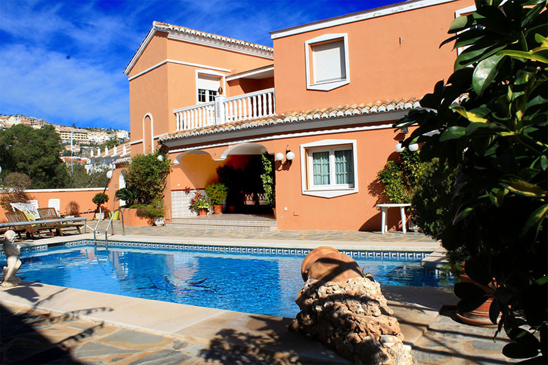 Originally listed at 750,000 € now reduced to 690,000 €Fantastic villa located near the centre of Ar, Spain