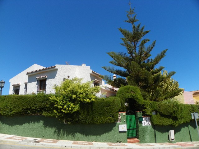 Originally listed for 550.000€ and recently reduced to 440.000€. Fabulous semi detached villa locate, Spain