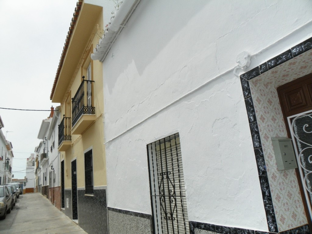 Originally listed at 112,000 € now reduced to 105.000 €  Excellent townhouse located very close to t,Spain