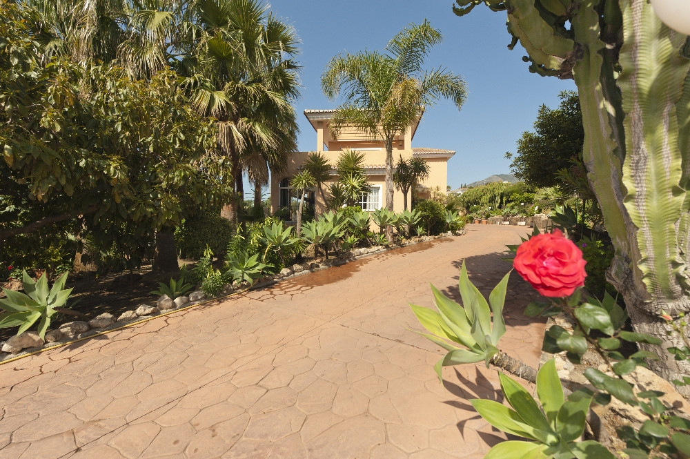 Originally listed at 3,300,000 € now reduced to 1,800,000€   A large spacious Finca set in private g,Spain