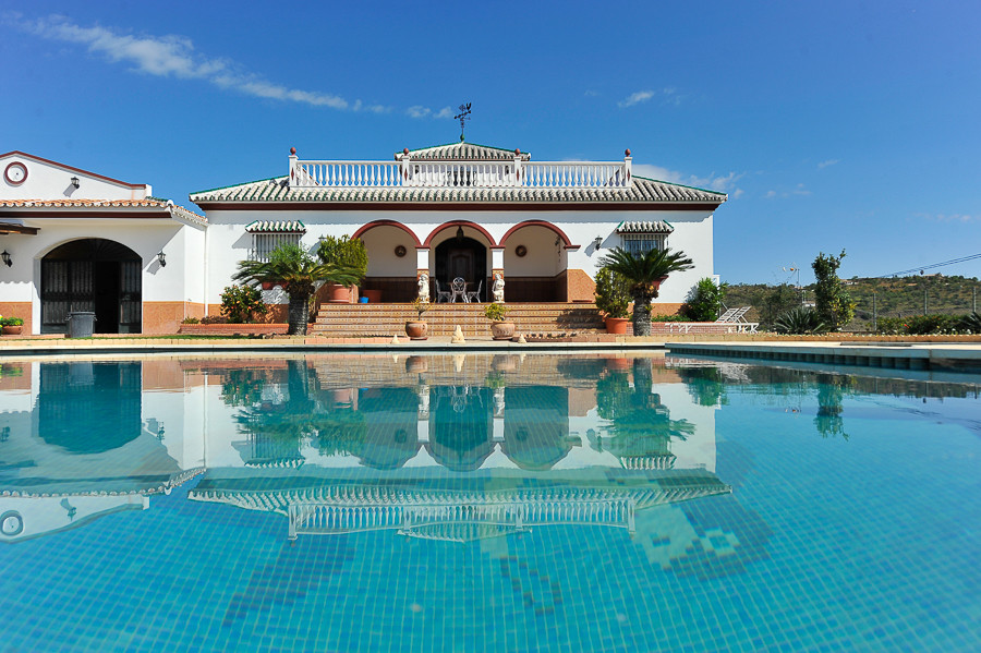 Located just outside the village of Guaro and with good road access, this spectacular rural property,Spain