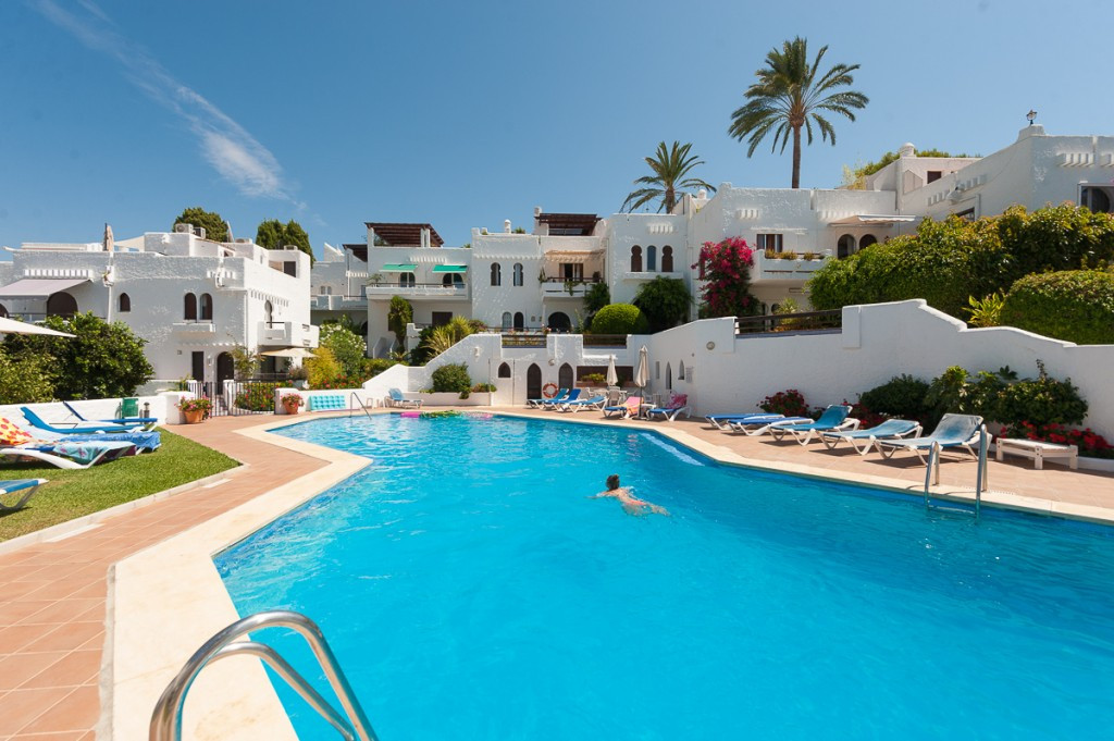 This a delightful townhouse inside the well know urbanization Pueblo Arabesque, Nueva Andalucia, wal,Spain