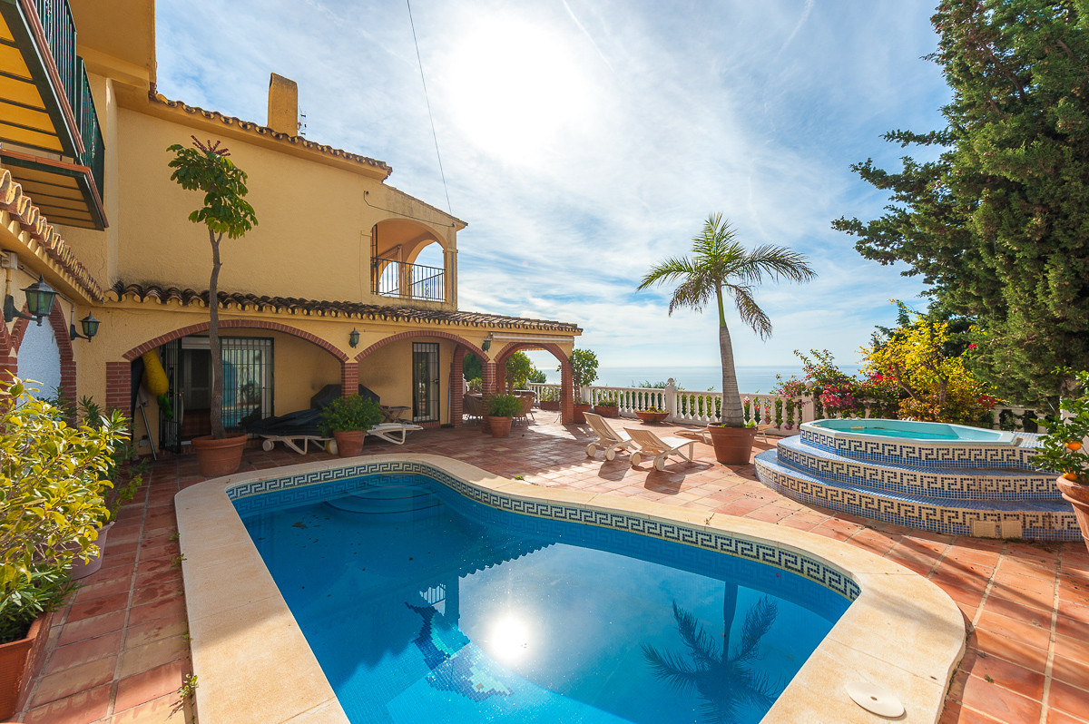 Price reduced from 749.500€ to 698.500€ for a quick sale. This is a beautiful villa located in a qui Spain