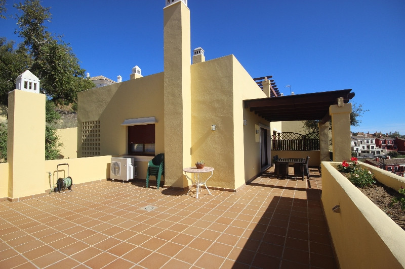 Cosy and modern top floor apartment located in the hills of La Mairena. Featuring spacious terraces ,Spain