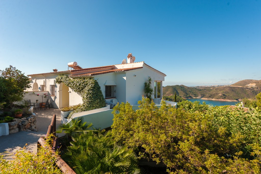 Price reduced from 465.000€ to 410.000€ for a quick sale. This is a delightful semi-detached villa l,Spain