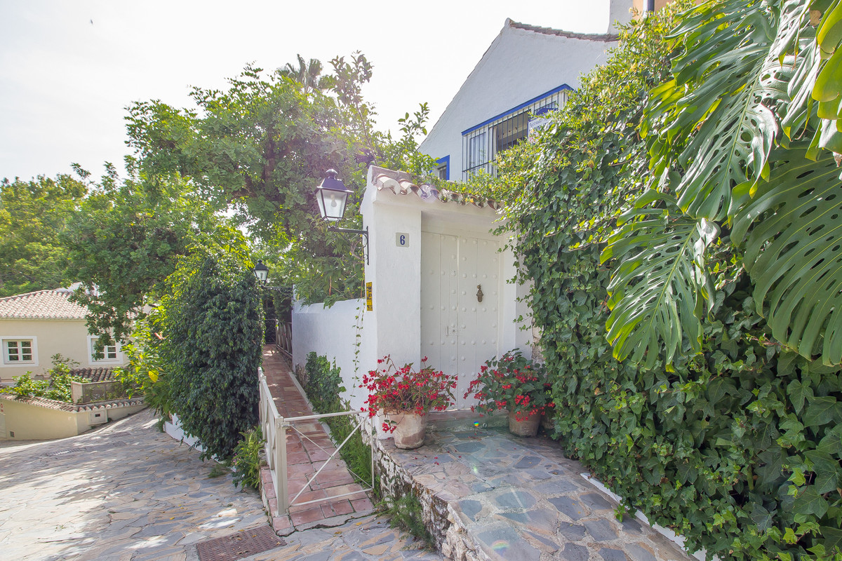 This charming 2 bedroom townhouse is located in the Urbanisation of La Virginia. La Virigina is a st,Spain