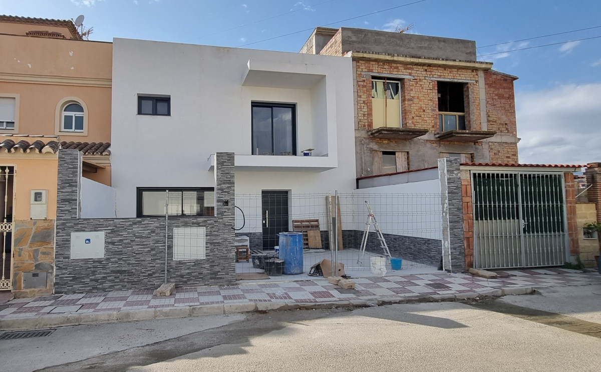 BRAND NEW TOWNHOUSE WITH MAGNIFICENT VIEWS TO THE SEA AND THE MOUNTAIN.    Located in Cancelada, an ,Spain