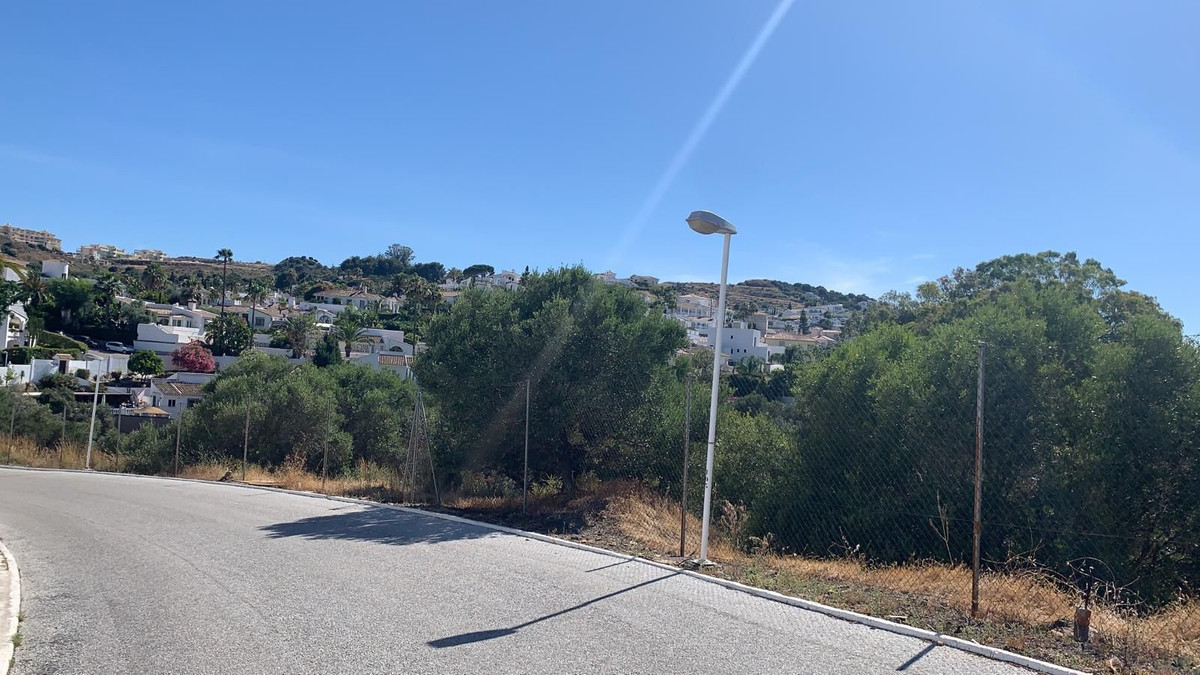 Sloping plot located centrally in Cerros del Aguila - Make an offer.  Only 94 € per m2  Possible to , Spain