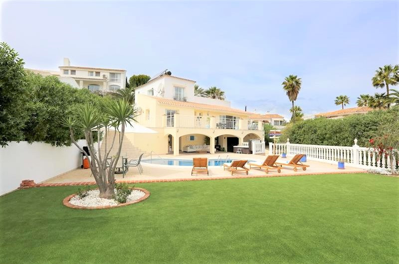 Villa with panoramic views located centrally in Cerros del Aguila.  The villa offers 3 bedrooms and ,Spain