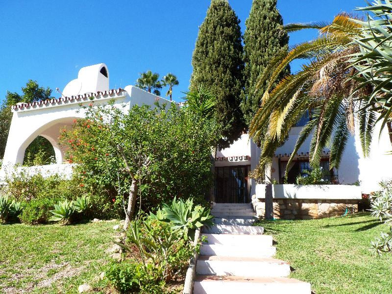 Well built villa with a large garden situated centrally in Cerros del Aguila.  From the entrance we ,Spain