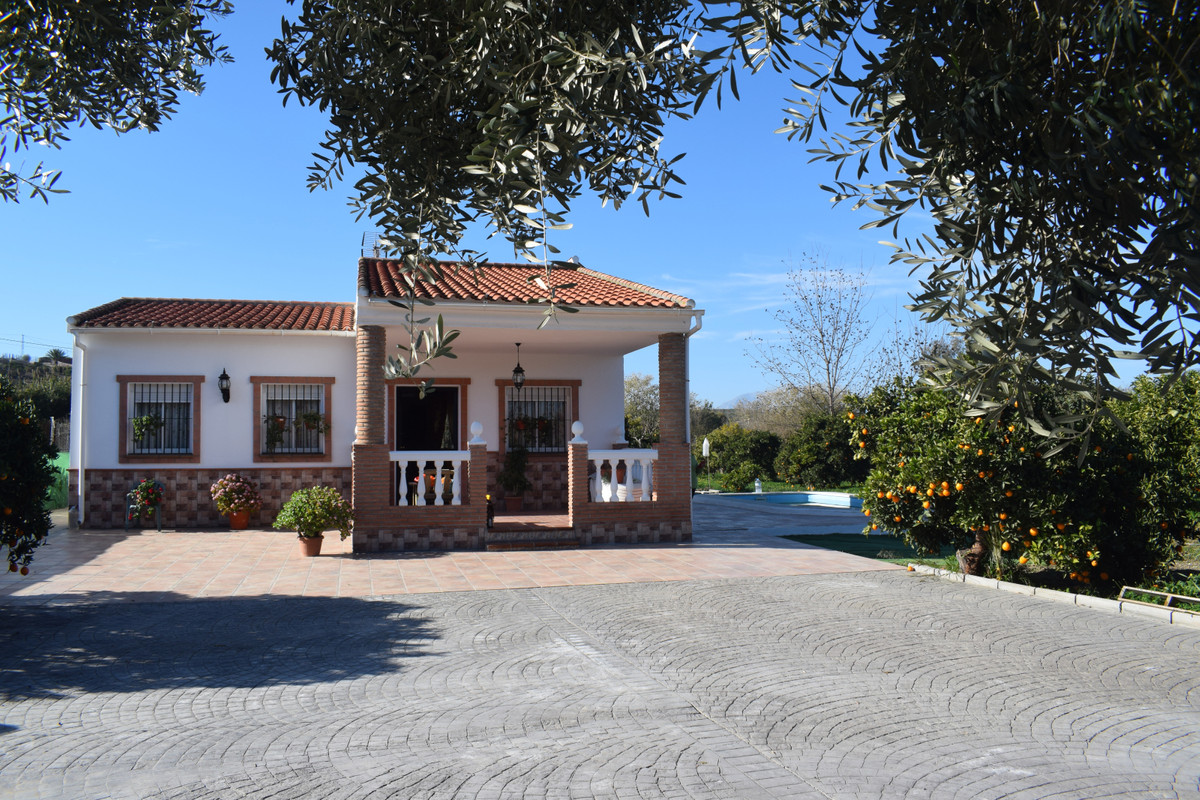 This beautiful finca is located on the outskirts of Cartama, just 2 minutes from the main highway th, Spain