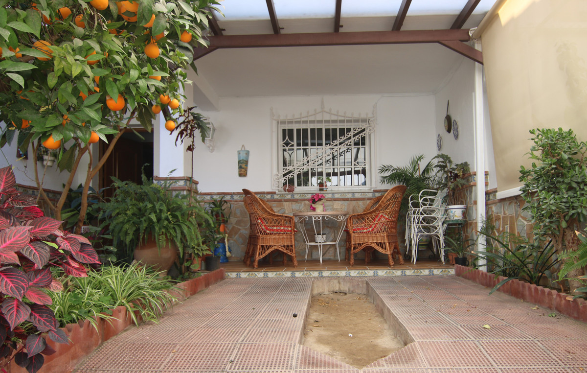 BEAUTIFUL TOWNHOUSE IN COIN, VERY CLOSE TO  SCHOOLS AND SHOPS, WITH A LOTS OF POTENTIAL. THIS TOWNHO,Spain