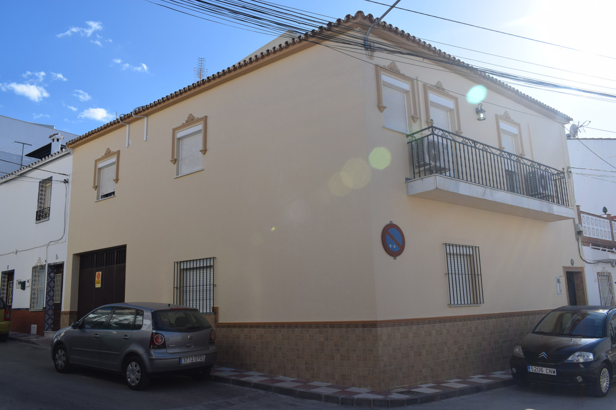 Beautiful townhouse in a prestigious area of ??Alhaurin el Grande. On the second floor we find three, Spain