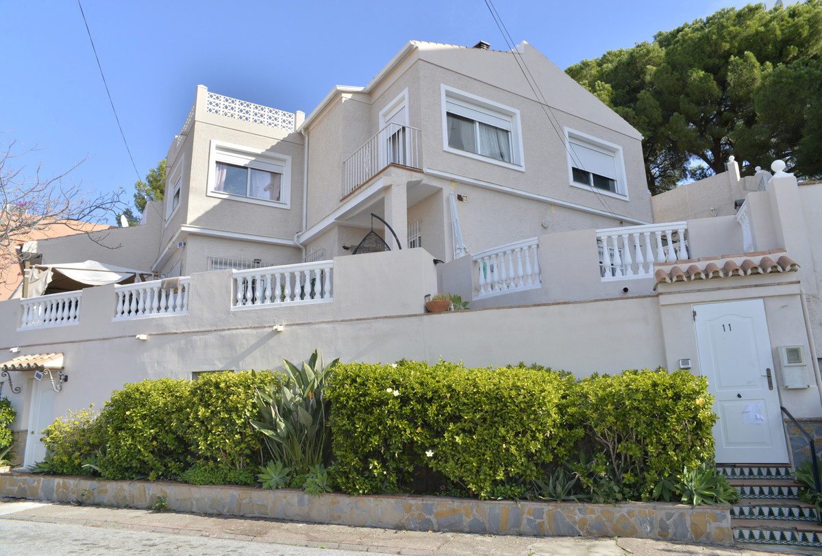 Semi-detached house in Nueva Andalucia with 1 bedroom independent apartment. This house has 263 m2, ,Spain