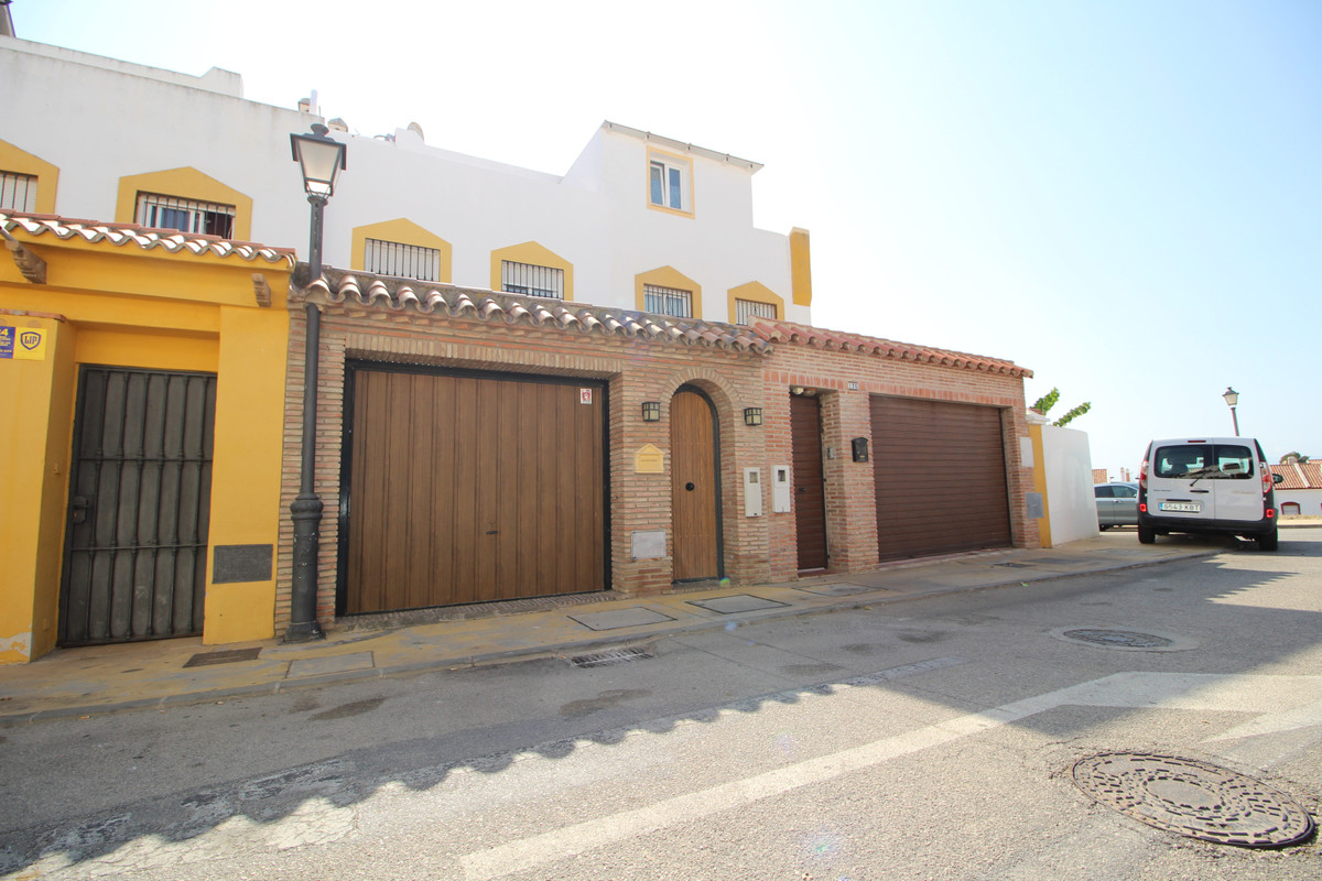 Fantastic renovated townhouse 2 km from Marbella center, facing south, on the entrance floor it has ,Spain