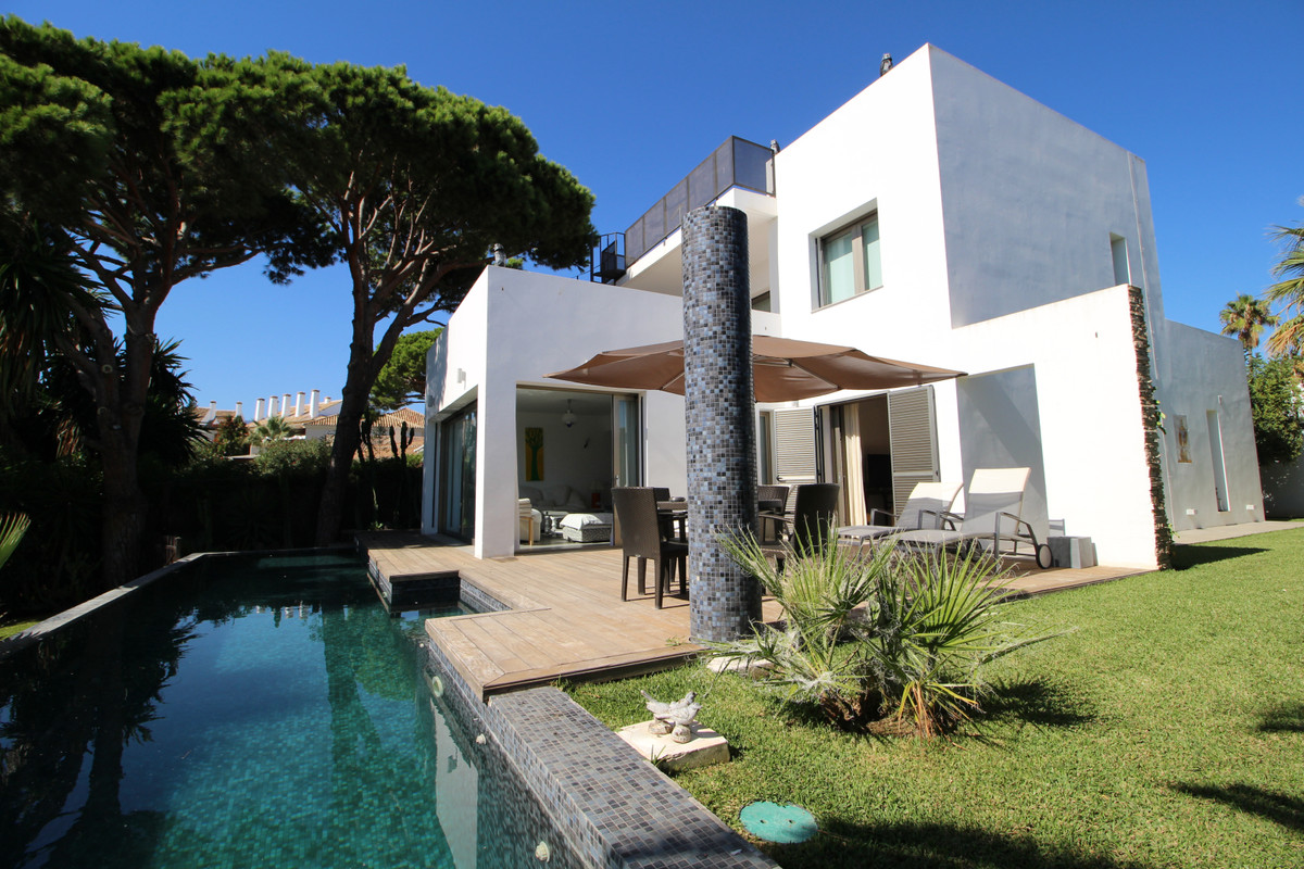 High standing villa, contemporary style. Located a few meters from the beach and golf. Ideal to enjo, Spain