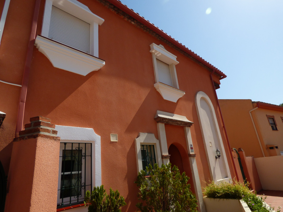 MAGNIFICENT SEMI-DETACHED HOUSE IN A SMALL AND QUIET URBANIZATION OF JUST 5 HOUSES IN THE CENTER OF ,Spain