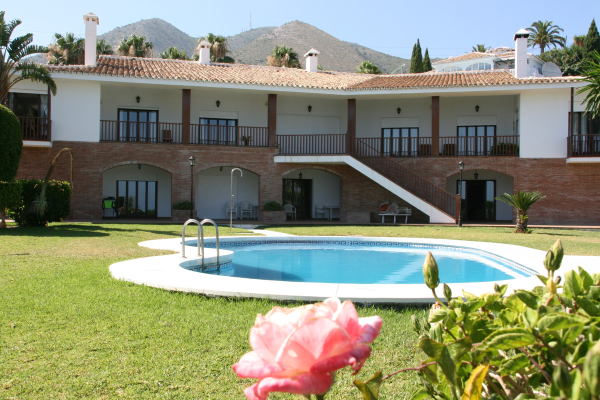 Luxury villa with views of Benalmadena and Fuengirola with an independent house for the service of 5,Spain