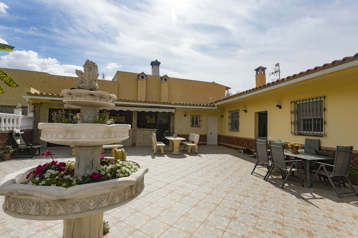 DETACHED HOUSE ON THE SAME FLOOR, LARGE OPEN LIVING ROOM WITH A LARGE CENTRAL FIREPLACE, LARGE FULLY,Spain