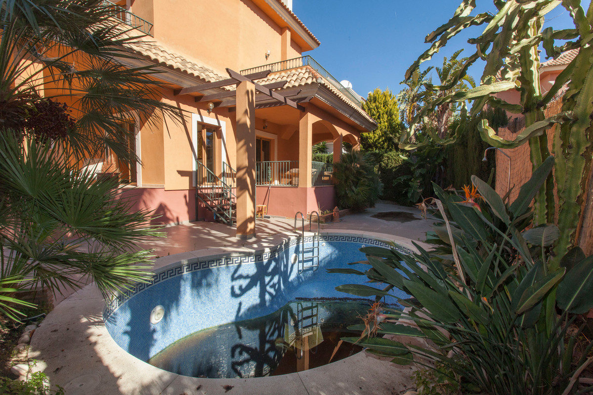 Independent villa of 300 square meters of built area inside a plot of 500 square meters in Benalmade,Spain