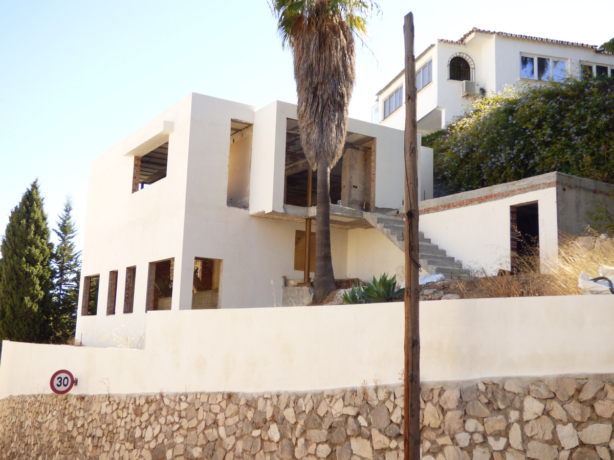 Plot with 530 square meters with a property to reform of around 120 square meters.  The floor area o,Spain