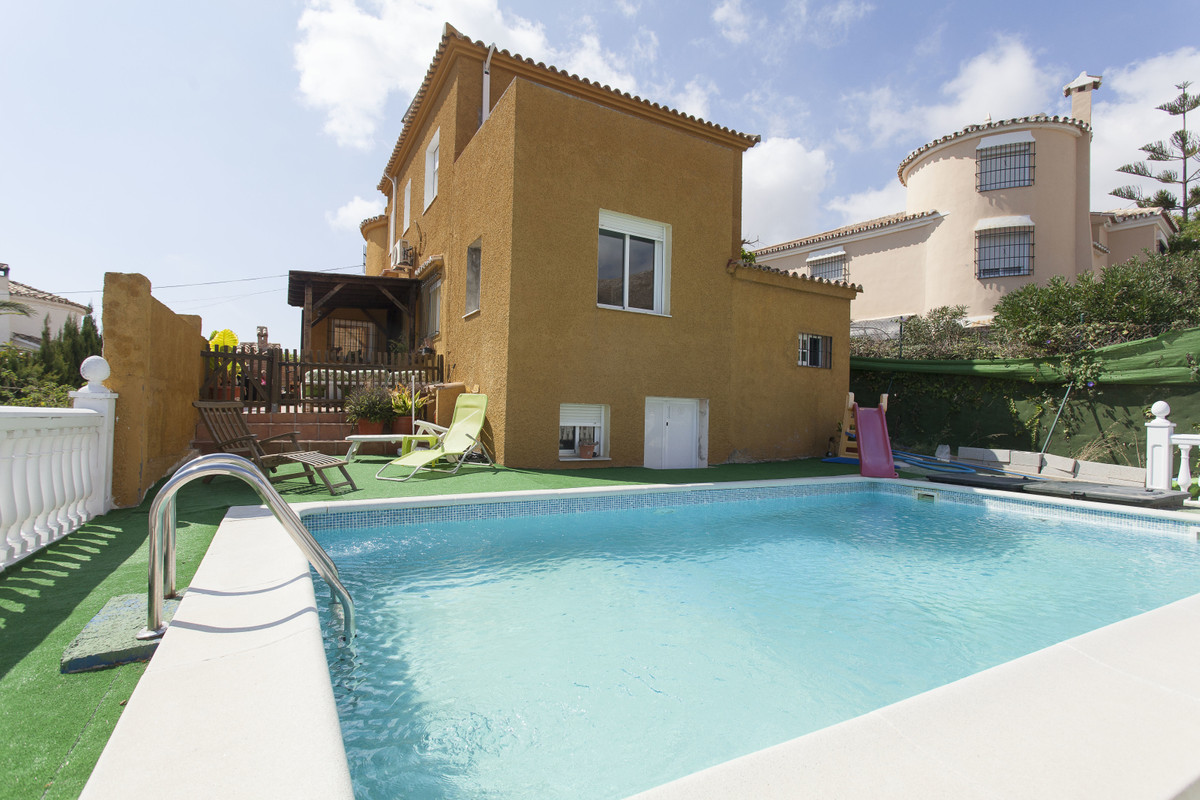 Exclusive independent house of 650 m2 plot, and a constructed area of 200m2 with 2 floors. Located i,Spain