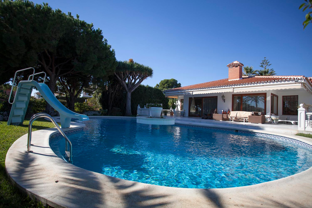 Great villa of 730 square meters in a plot of 3.387 square meters, with five bedrooms, three bathroo,Spain