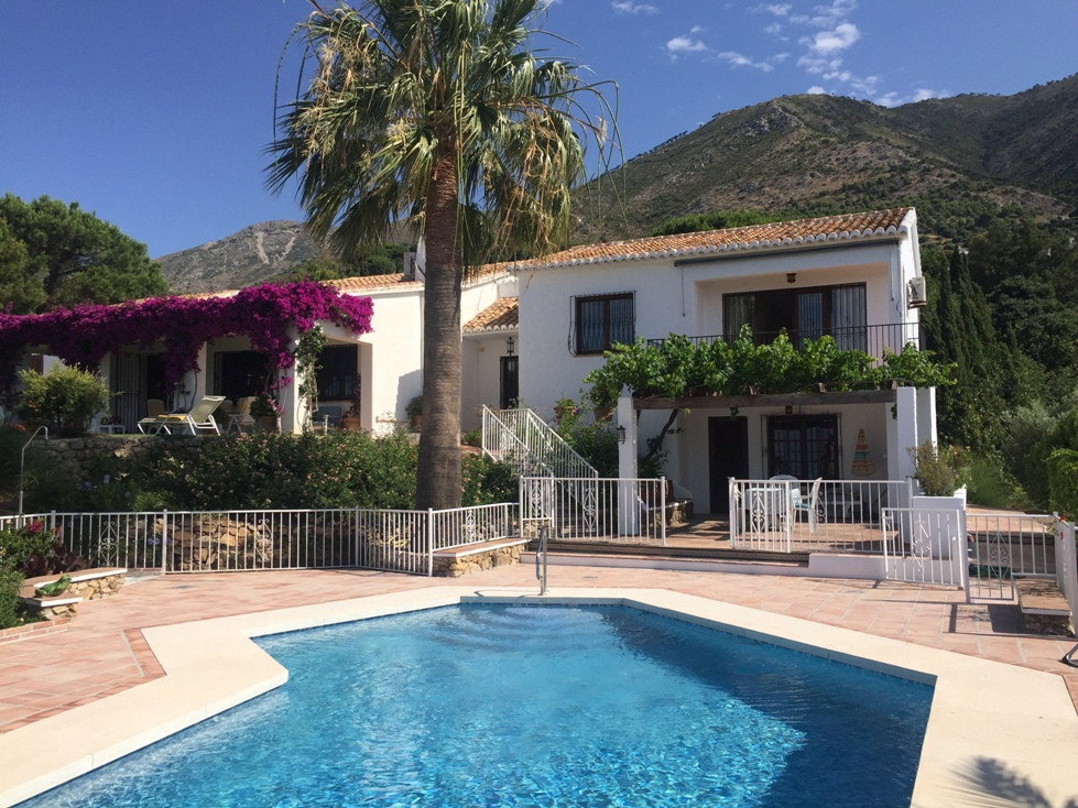 Beautiful villa with a rustic atmosphere. It consists of four bedrooms with fitted wardrobes, one of, Spain